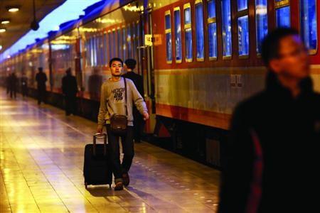 去年除夕,西安火车站,无法及时赶回家的人们等待跨越新年。CFP