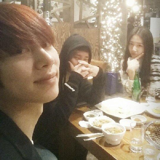 从左至右,Super Junior成员金希澈、INFINITE成员圣圭和朴信惠