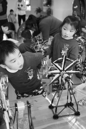 在昨天科技体育嘉年华活动中,小朋友们动手组装科教模型
