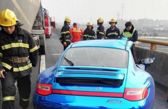 杭州1辆百万保时捷被压成饼 年轻豪车主人遇难