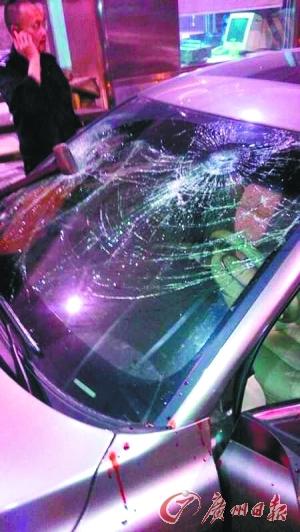 涉案车辆车窗留下弹孔。