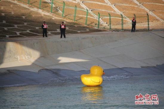 南水北调中线工程开闸通水 大黄鸭现场测水速