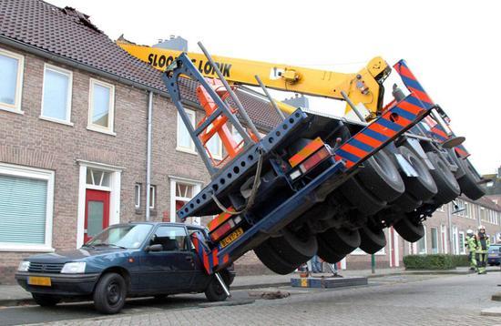 男子租吊车向女友求婚不料砸坏邻居屋顶