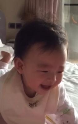 小玥儿开心大笑十分有感染力