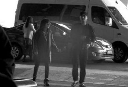杜淳机场送别前来探班的熊乃瑾