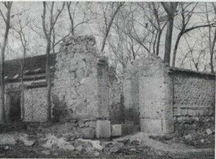 1938年1月30日,日寇炮击河东村炸毁的民宅门楼残迹。资料图