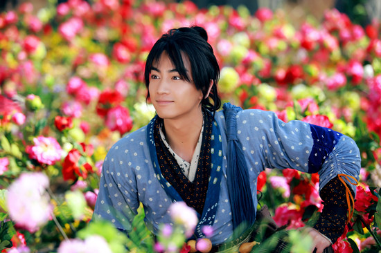 少年杨过(陈晓[微博]饰)和一袭白衣的小龙女(陈妍希[微博]饰)在花丛中