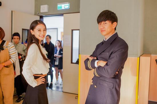 怀秋(左起)、Angelababy、林俊杰在MV中演出三角恋