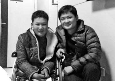 秦明河(左)与志愿者刘志伟在一起