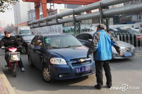 西安男子拦车要钱致交通堵塞2年无人管