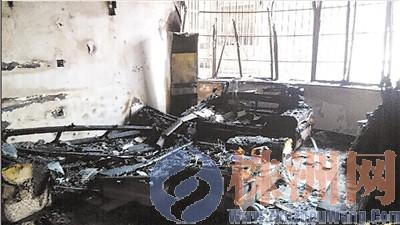 火灾过后,汪女士家客厅一片狼藉 记者 刘玺 摄