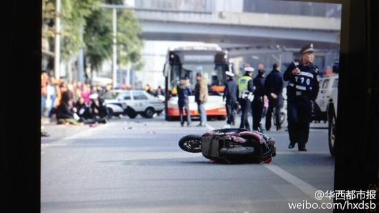 成都一辆公交车失控冲撞路人已致2死多伤