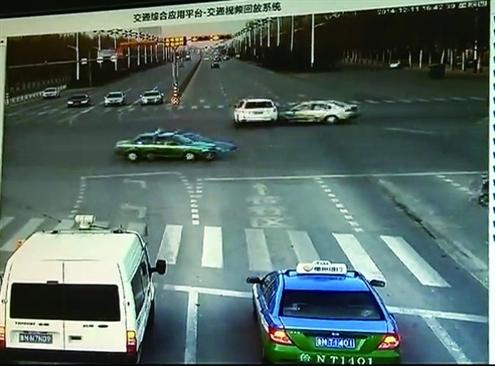 越野车闯红灯被东西方向的轿车从侧面撞上
