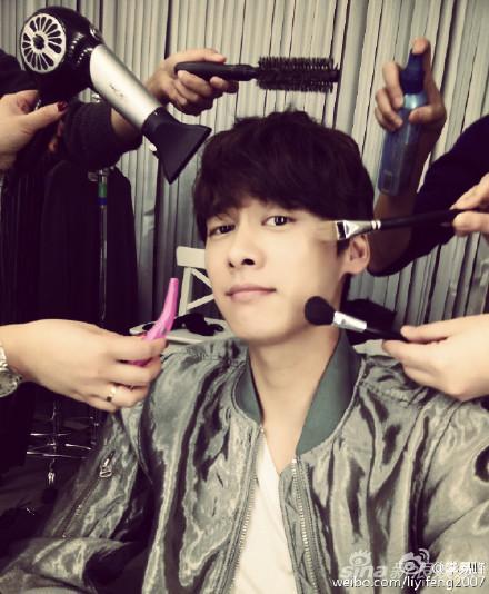 李易峰在化妆间获众人伺候洗剪吹
