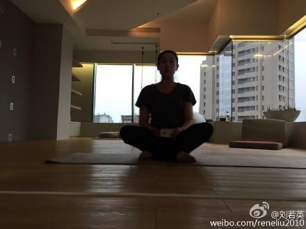 刘若英怀孕7个月