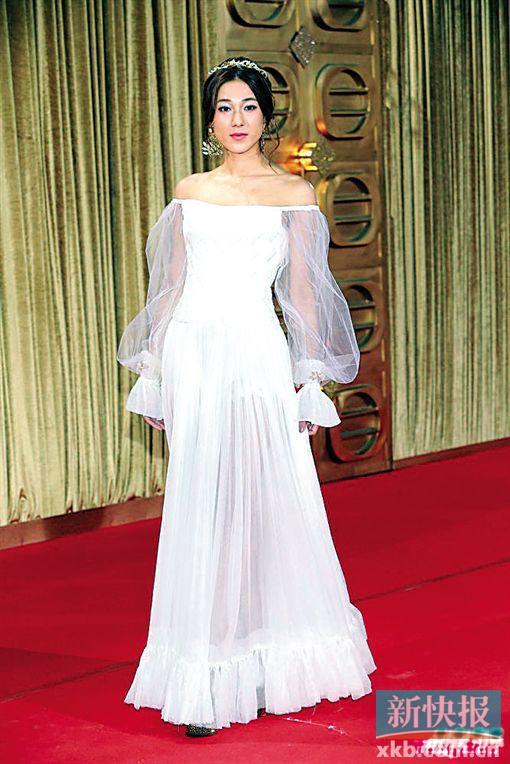 爱她的说穿出了白雪公主的青春,吐槽的则指她的一身白纱裙满满的睡裙即视感