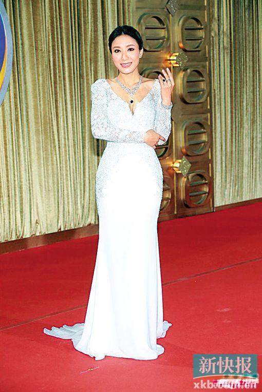 杨怡的白色低胸印花礼服被赞美翻了