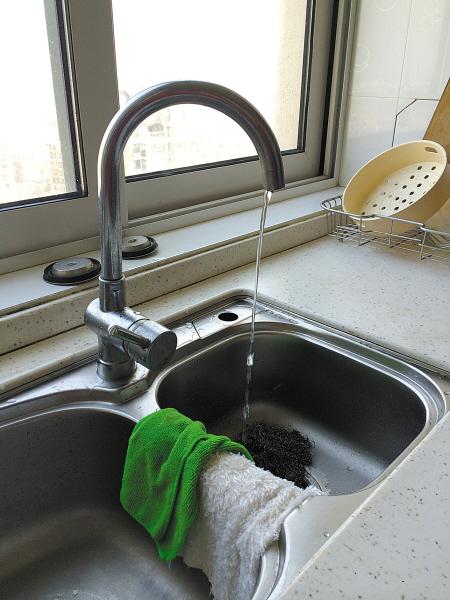 高层住户厨房的自来水流量。 (王伊婧 摄)