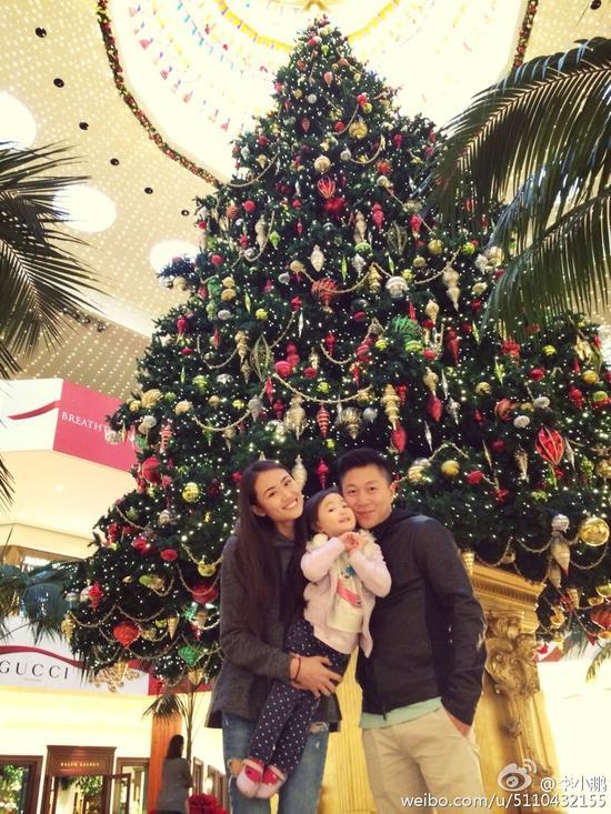 李小鹏一家圣诞树前温馨合影