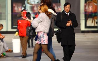 实拍西安冬日街头丝袜美女