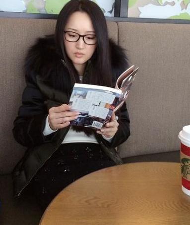 杨钰莹认真看书