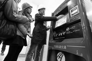 栎社国际机场站售票机。记者 刘波 摄