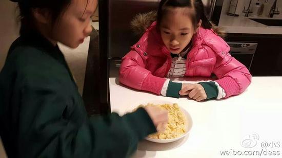 小S女儿们品尝妈妈做的炒饭