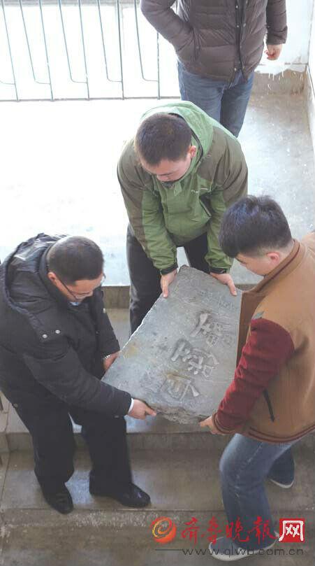 石碑需三人才搬得动。本报记者王杰摄