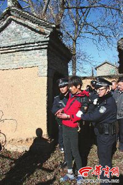 昨日,洛南警方带犯罪嫌疑人武某指认现场 华商报记者 陈永辉 摄