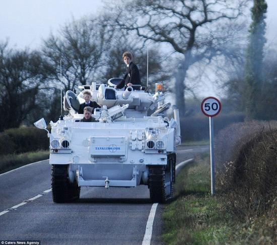 军事迷父亲开装甲车接送儿子上学