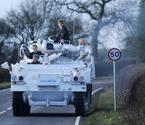 父亲开装甲车送儿子上学