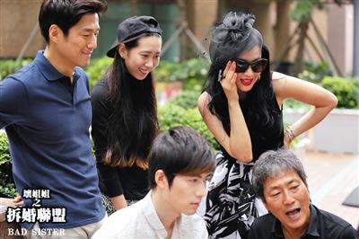 片场,金泰均(右一)在给主演陈学冬、钟丽缇、韩国演员池珍熙等讲戏。