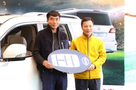 张继辉先生交付车钥匙给郑智