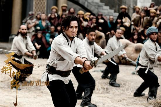 成龙率领一众兄弟练习武术