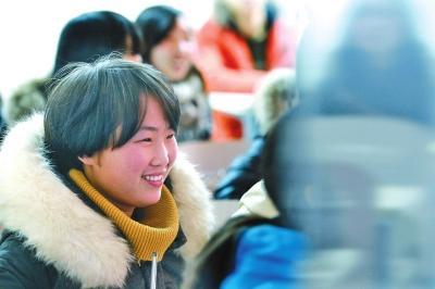课堂上的慧敏露出了开心的笑容,也许只有这样的时刻,被生活重压的她才能拥有短暂的轻松时刻。