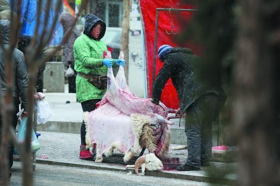 当街杀羊场面血腥