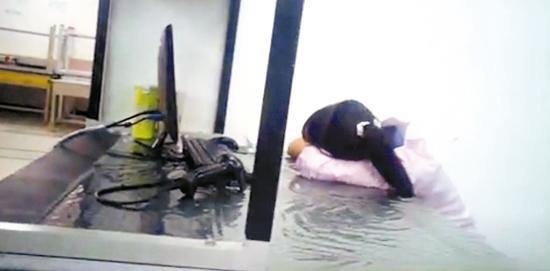 "BBC卧底报道和硕大陆厂员工趴在桌子上休息是因为过劳。和硕董事长童子贤说,这是BBC""看图说故事""。 图片取自BBC网站"