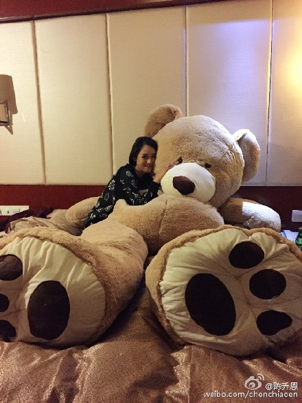 陈乔恩收到乔任梁送的巨型玩物熊礼品