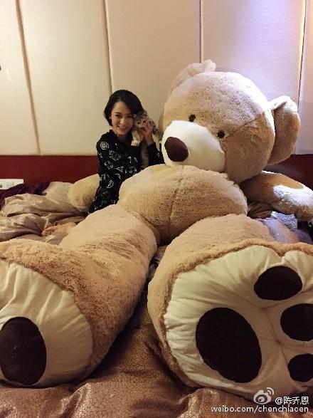 陈乔恩坐在玩物熊边显得好娇小