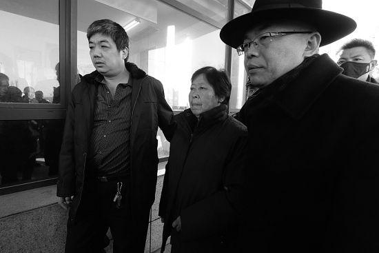 今天早上,代理律师(右)搀扶着聂树斌的母亲来到了山东高院 摄/法制晚报深度记者王南