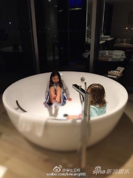 刘涛女儿和小伙伴霸占浴缸