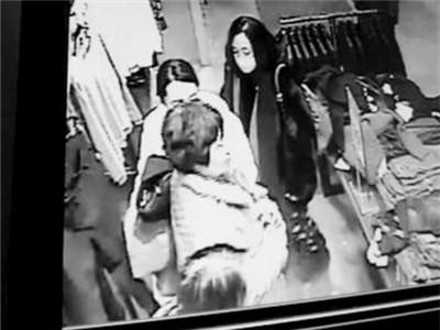 戴口罩女子在偷手机