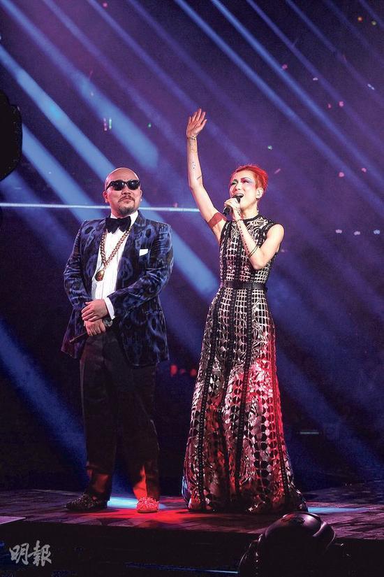 黄伟文(左)趁郑秀文(右)去后台换衣服,在舞台表演栋笃笑。