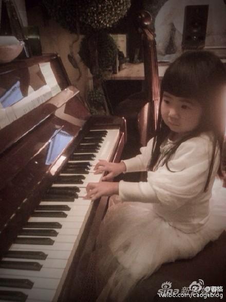 姐姐长发白裙弹钢琴变淑女