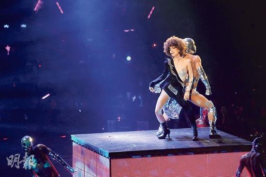 郑秀文穿上闪Bra唱《非男非女》十分抢眼。