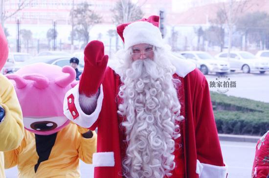 """23日,来自芬兰圣诞村的""""正版圣诞老人""""带着圣诞礼物来到新浪山东,与工作人员互送祝福。据了解,芬兰的圣诞老人是全球唯一货真价实的圣诞老人,想做合格圣诞老人也要考试。目前只有50多名有身份证的圣诞老人,他们都要掌握几十门简单语言,要做十足的""""外语通""""。"""