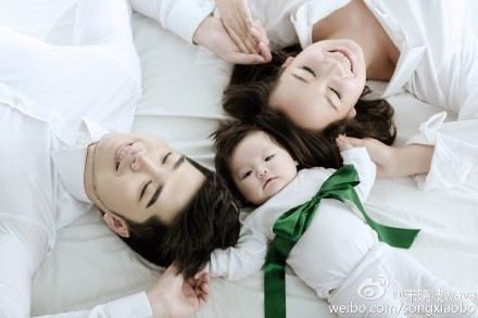 好男儿宋晓波晒幸福全家福 女儿似小天使