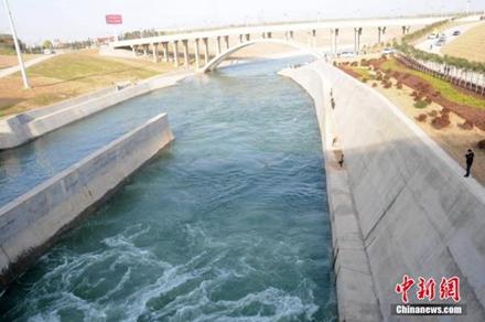 12月12日,南水北调中线一期工程通水。图为丹江口水库流出的汉江水,可以看出水质清澈。