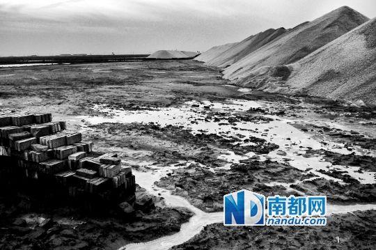 成片的盐田和高高堆起的盐山。这些工业盐和提炼的溴素直接供给附近的化工厂。