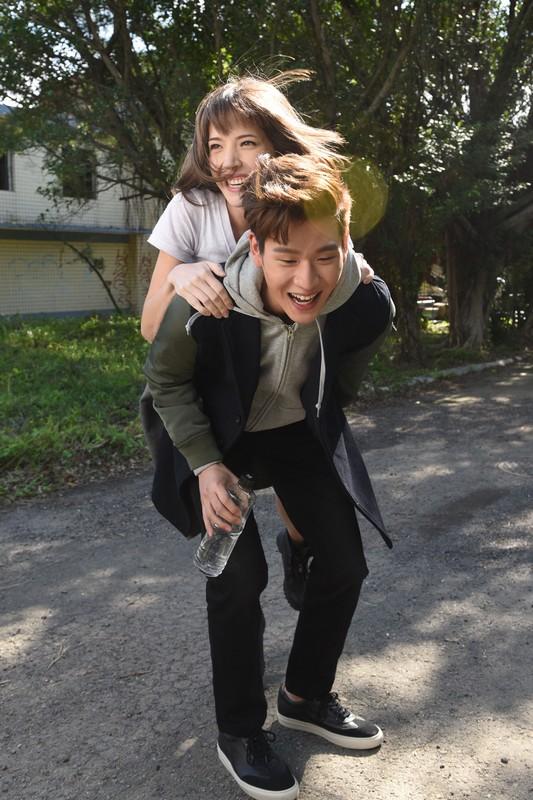 周兴哲携手许玮宁拍摄《学着爱》MV
